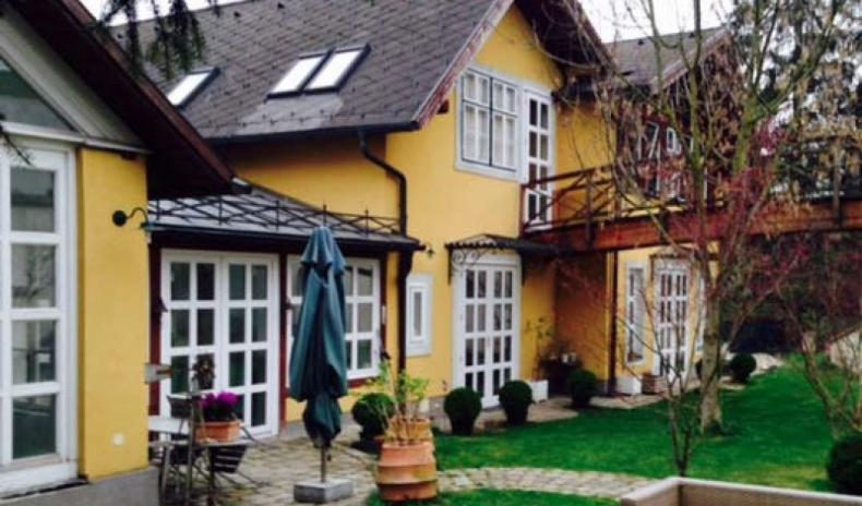 Outstanding historical country residence near Vienna