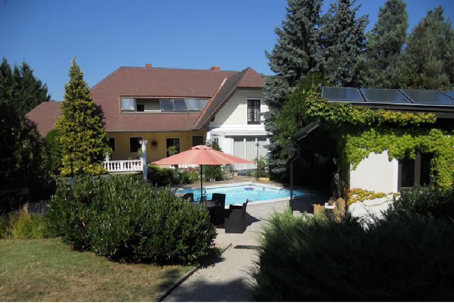Дом с бассейном в предместьях Вены на продажу, Брайтенфурт-Вин