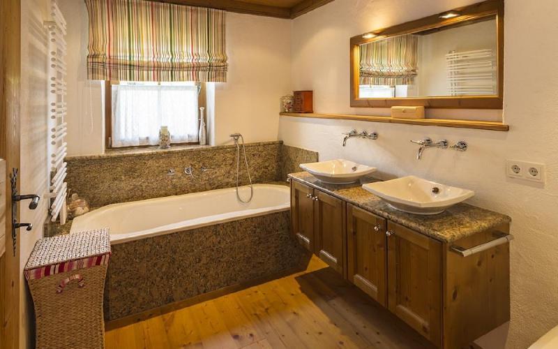 rustikales luxuschalet in einer begehrten lage zum verkauf. Black Bedroom Furniture Sets. Home Design Ideas